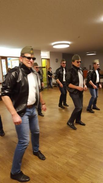 """Männer-"""" warm up"""" vor dem Auftritt"""